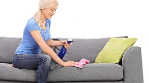 membersihkan perabot berbahan kain